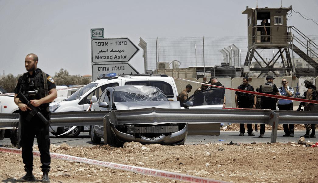 Un soldado israeli vigila la zona de ataque palestino