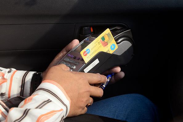 Una persona usa su tarjeta de credito en una terminal