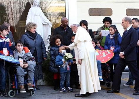 El papa Francisco saluda a pacientes del Hospital Pediátrico Bambin Gesu en Roma, Italia (Getty Images)