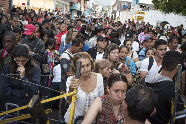 Decenas de venezolanos buscan cruzar la frontera con colombia