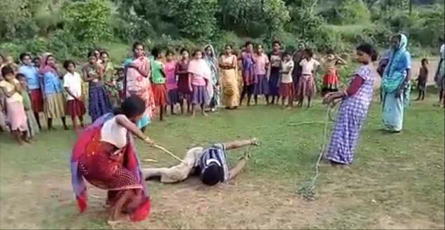 Mujeres atan y golpean a un supuesto violador de niños — Brutal castigo