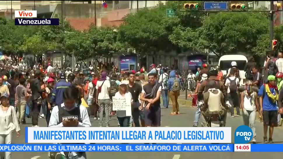 Manifestantes venezolanos intentan llegar Palacio Legislativo