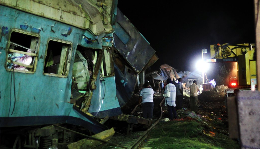 Ordenan detener a conductores de trenes que chocaron en Egipto