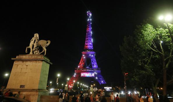 Hombre detenido con cuchillo en la Torre Eiffel quería atentar contra militar