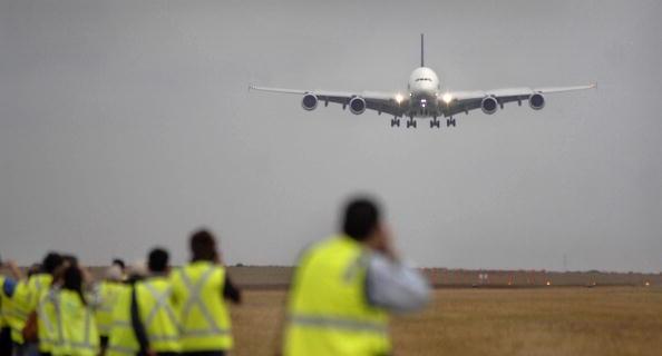 Acusan a dos hombres de tratar de derribar avión en Australia