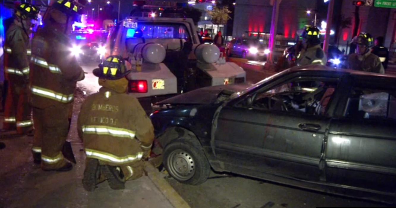 dos autos chocan contra postes en la ciudad de mexico