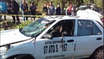 Cae taxi a canal de aguas negras en Hidalgo