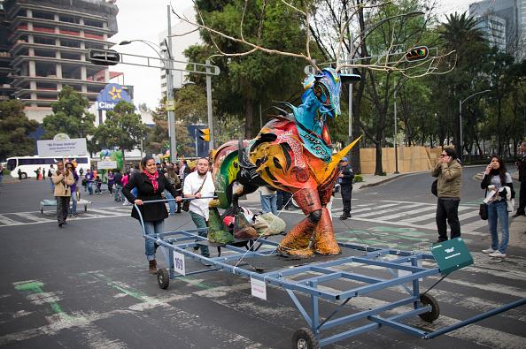 personas en la cdmx asisten al festival de alebrijes