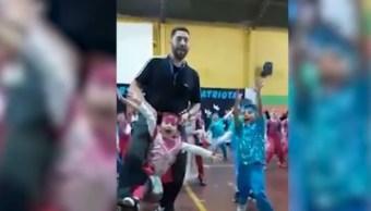 Maestro de gimnasia cumple el sueño de bailar a alumna con discapacidad