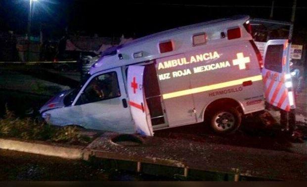 Cae ambulancia en socavón