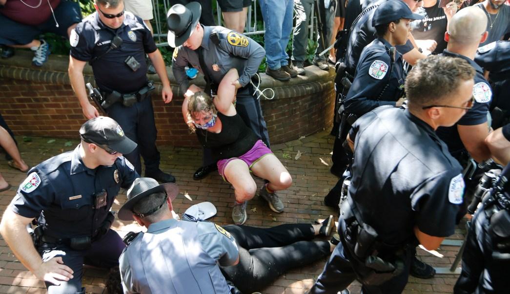 Virginia declara estado de emergencia tras violenta marcha en Charlottesville