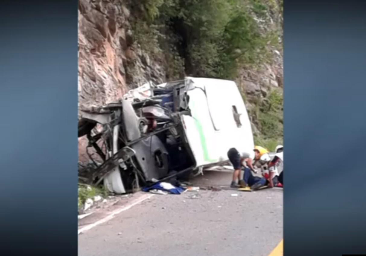 Un autobus choca contra una roca en Iturbide