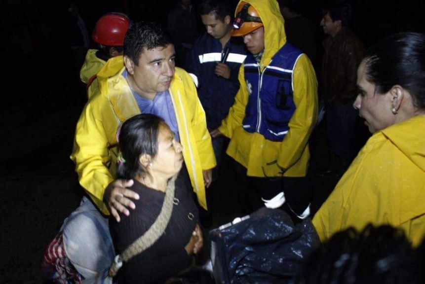 autoridades de huauchinago atienen a personas en albergue