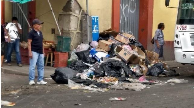 Comerciantes de Oaxaca cierran calles del Centro Histórico con basura