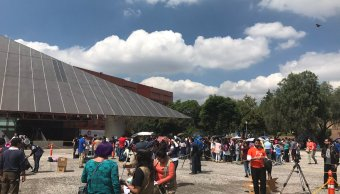Capitalinos abarrotan el Universum para apreciar el eclipse solar
