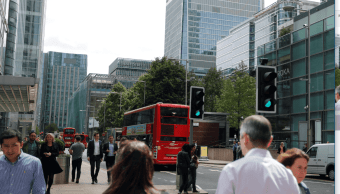 Ciudadanos caminan por las calles de Londres