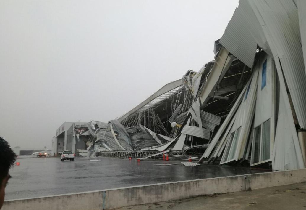 Fuertes vientos colapsan hangar en Aeropuerto de Monterrey