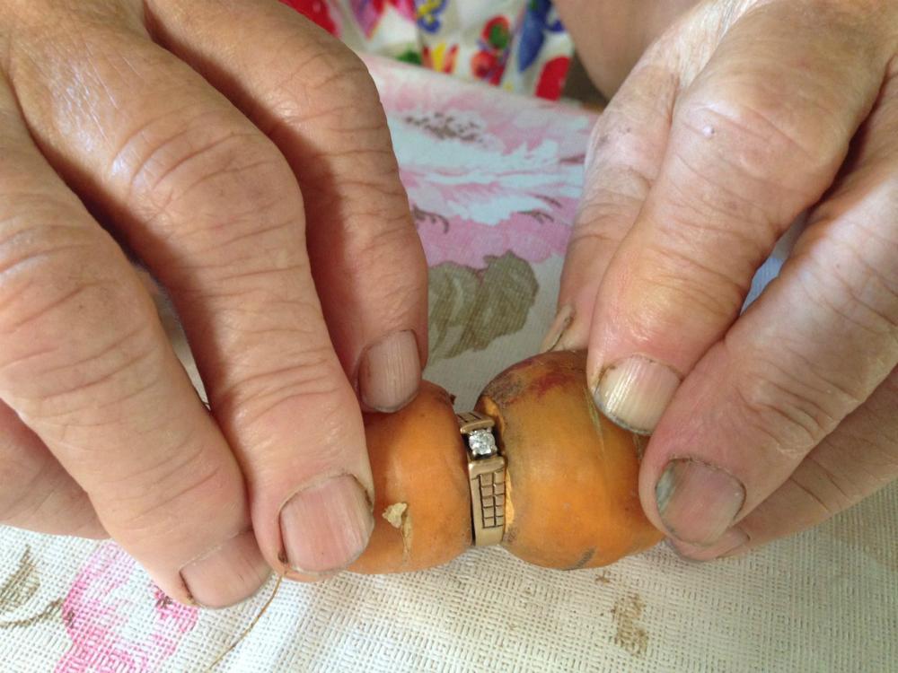 Aparece en una zanahoria anillo perdido