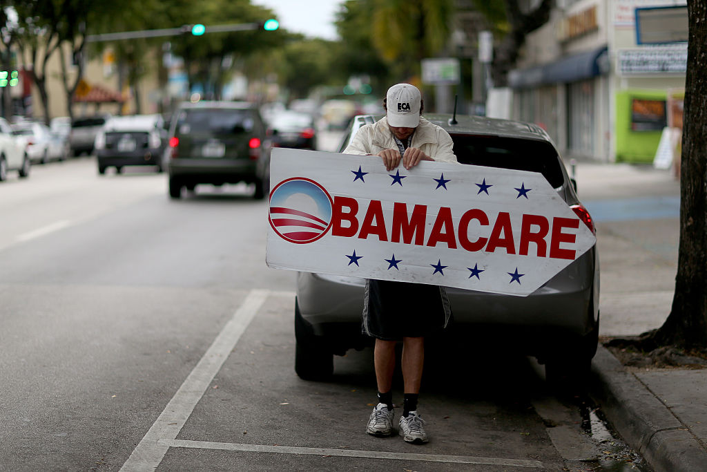 Donald Trump recorta fondos promover Obamacare