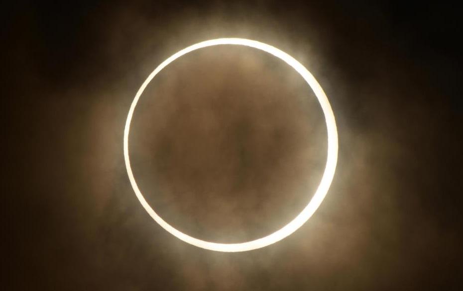 Mujer solicita cambiar hora de transmisión de eclipse solar en EU
