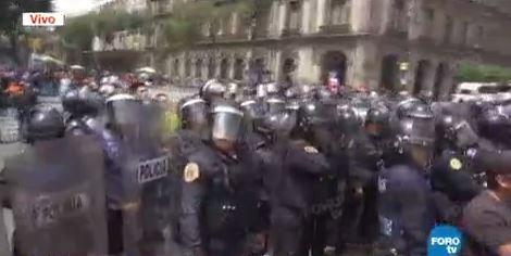 Se enfrentan comerciantes a policías en la CDMX