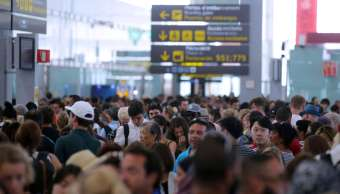 Largas filas de pasajeros por huelga de personal en aeropuerto de Barcelona