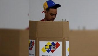 Un hombre vota para la elección de la Asamblea Constituyente