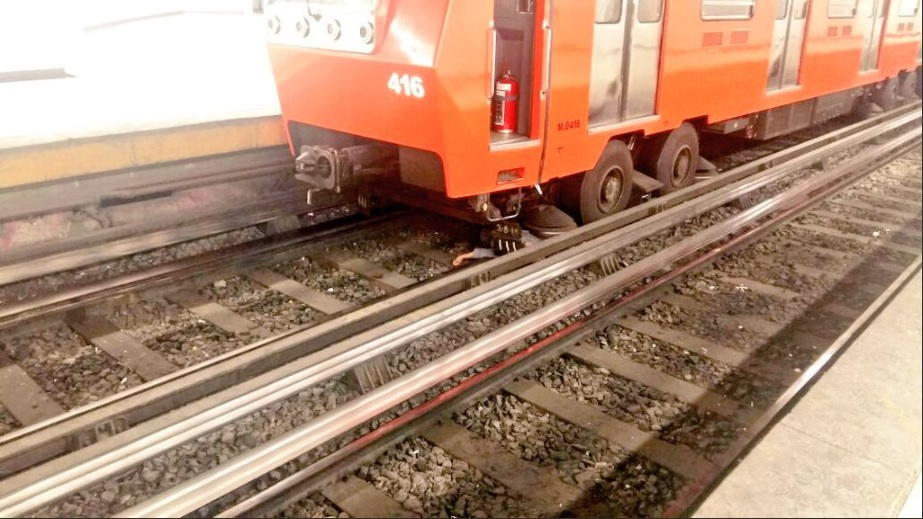 Hombre cae a vías del Metro y se salva de ser arrollado