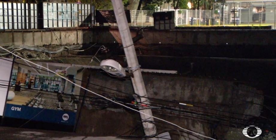Se hunde banqueta en Azcapotzalco y arrastra árboles y jardineras