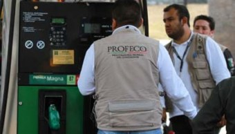 Inspectores de la Profeco en gasolinera
