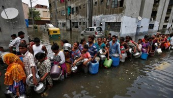fila recoger agua potable inundaciones india