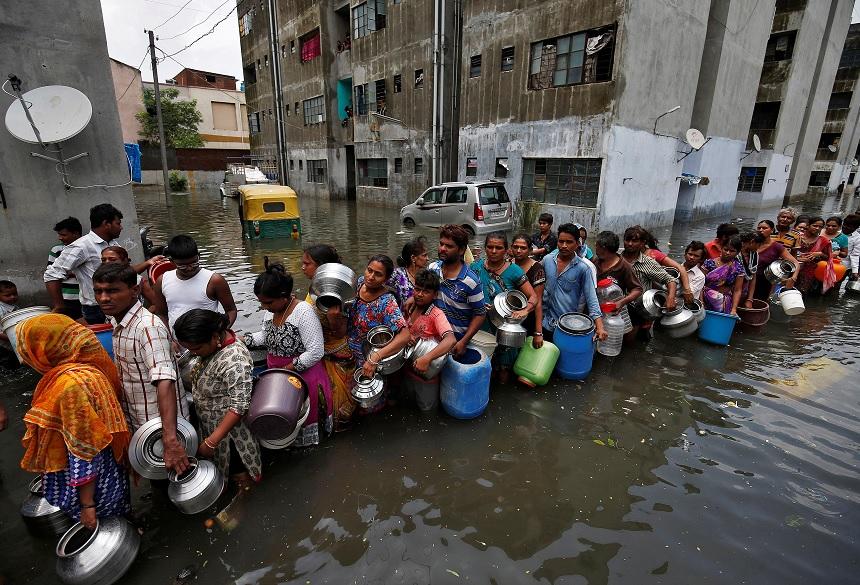 fila recoger agua potable inundaciones india