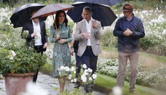 Príncipes Guillermo y Enrique visitan jardín dedicado a su madre Lady Di