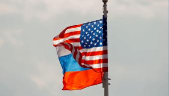 Las banderas de Rusia y Estados Unidos ondean en Moscú