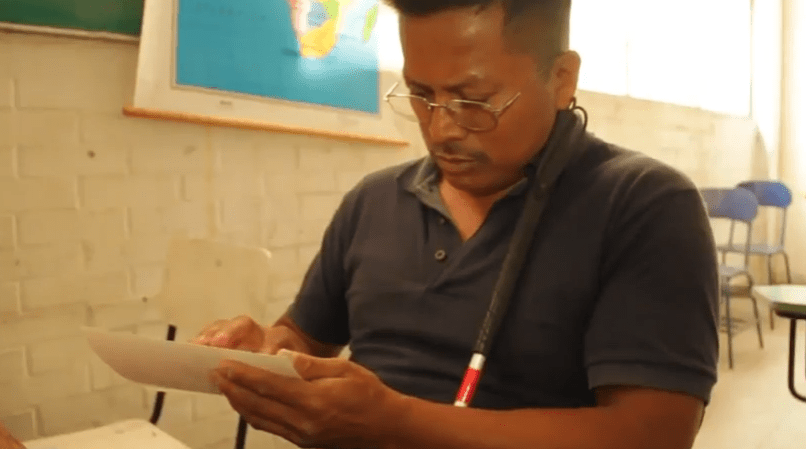 Marcos Cortés Simón aprende Braille en un reclusorio de la CDMX