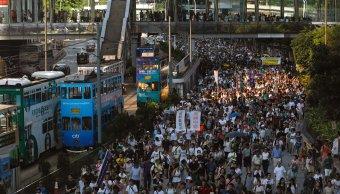 Miles de personas protestan en Hong Kong