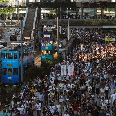 Miles protestan en Hong Kong por el encarcelamiento de activistas