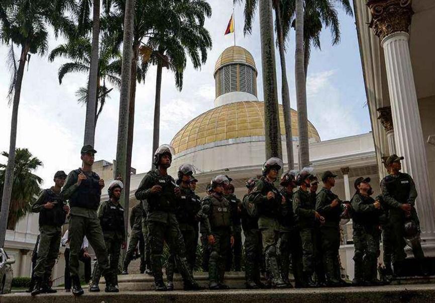 Militares impiden el paso de diputados opositores al Parlamento venezolano