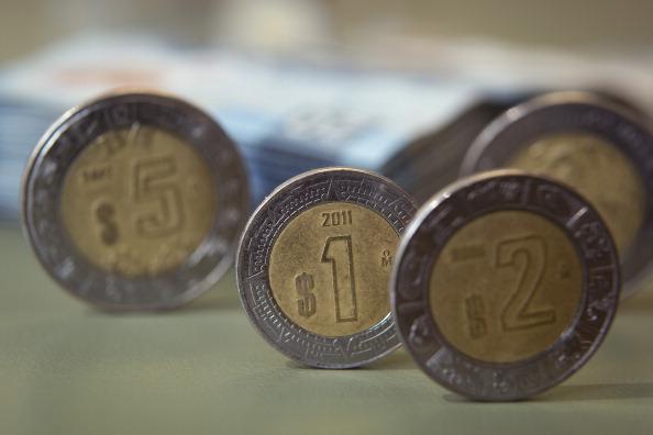 Monedas mexicanas de uno, dos y cinco pesos