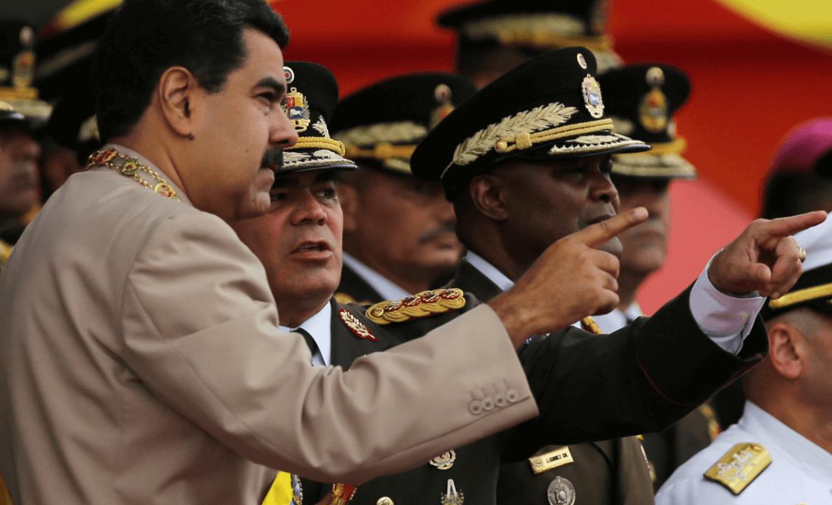 Nicolás Maduro charla con Vladimir Padrino, ministro de Defensa
