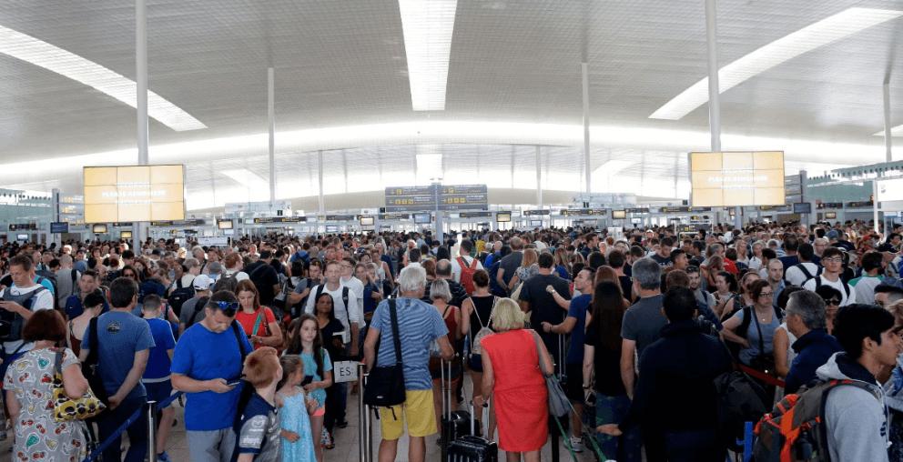 Pasajeros hacen fila en el aeropuerto de Barcelona por huelga
