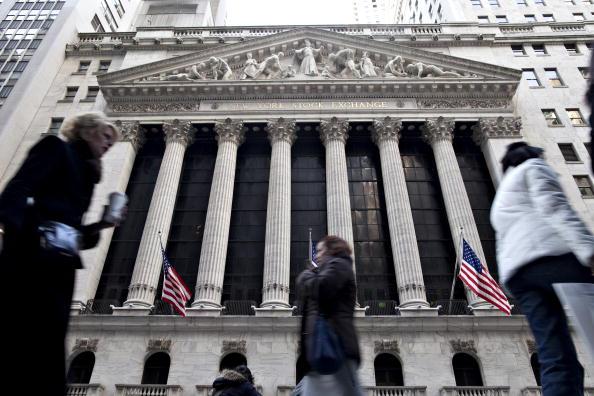 Peatones caminan afuera de la Bolsa de Nueva York
