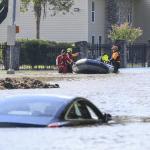 Personal de rescate busca a las víctimas por las inundaciones en Houston