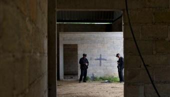 Policías estatales en un almacén en Tlatlaya, Estado de México