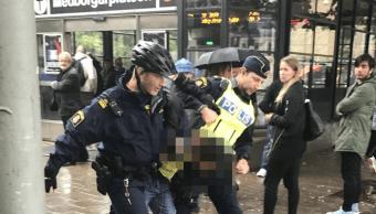 Atacan con cuchillo a policias en Suecia