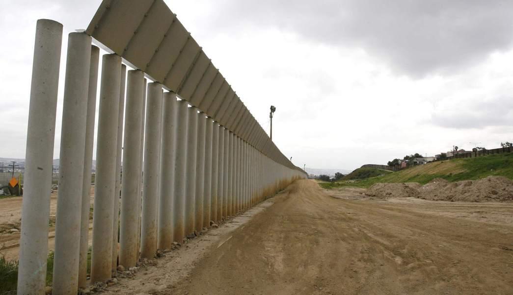 Reja incompleta en la frontera de San Diego y México