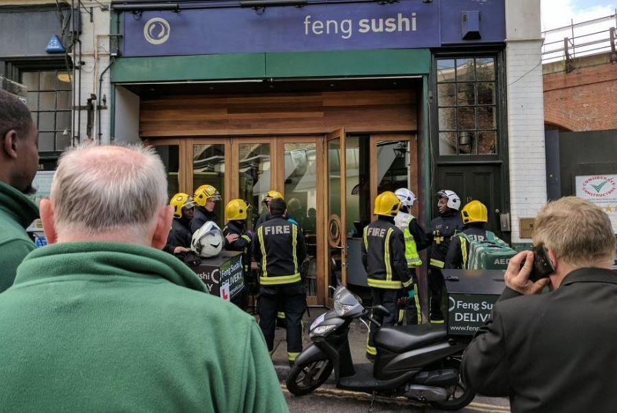 Sobre con sustancia química corrosiva deja tres heridos en mercado de Londres