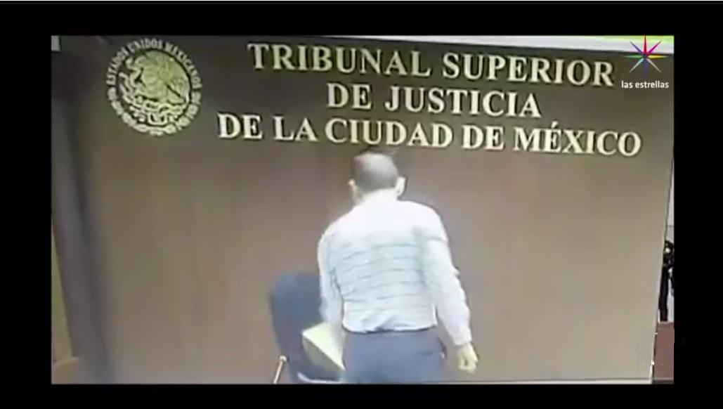 Un presunto juez rompe una silla en el TSJCDMX