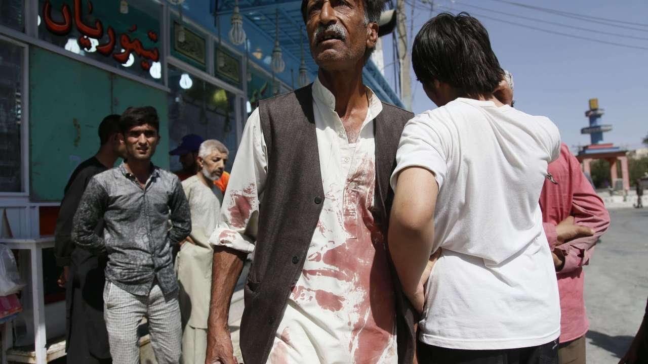 Se reúnen sobrevivientes del ataque armado en mezquita de Kabul