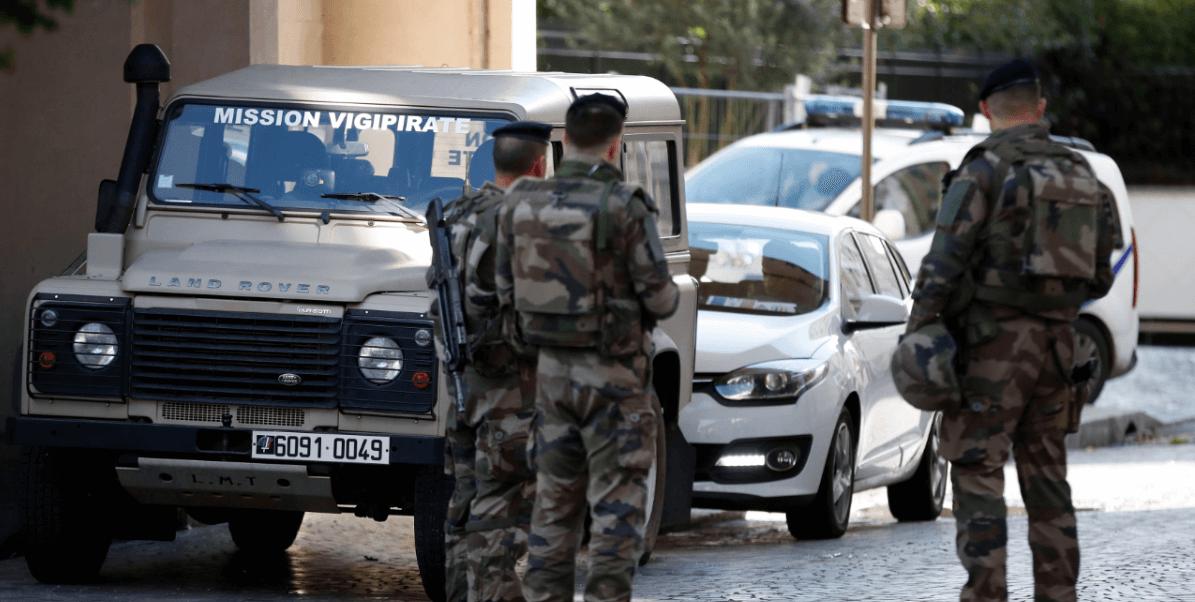 Soldados franceses vigilan zona de atropellamiento